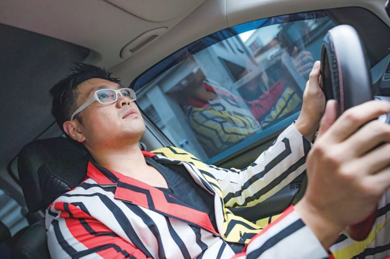 魔術師傅貽達坐在駕駛座開車情境圖
