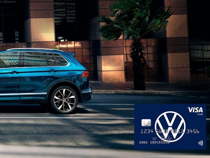 Tiguan kör på stadsgata + VW-kort