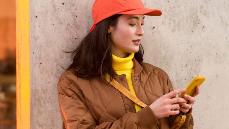 Una donna consulta il suo smartphone