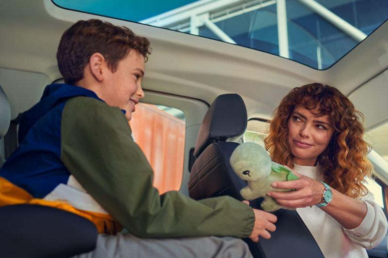 Une vue intérieure du nouveau Volkswagen Caddy avec toit panoramique.
