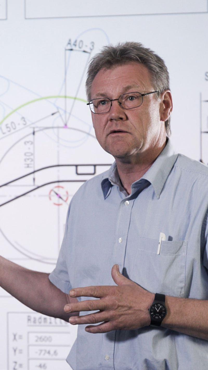 Bernd Dörrige a explicar a plataforma modular elétrica da VW.