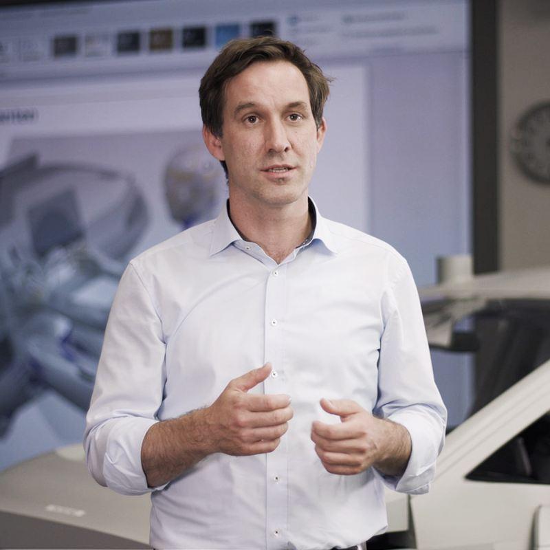 Dr. Gerrit Schmidt da Volkswagen faz uma palestra.