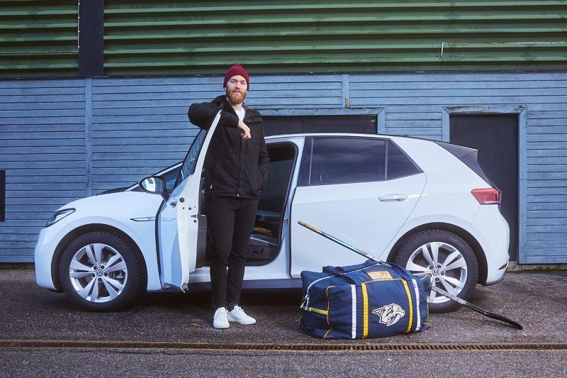 Mattias Ekholm med sin Volkswagen ID.3