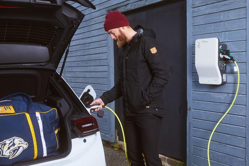 Mattias Ekholm laddar en Volkswagen ID.3