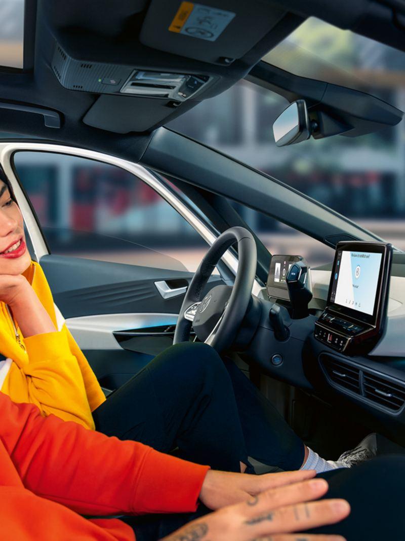 Persone a bordo di ID.3 Volkswagen auto elettrica controllano navigatore