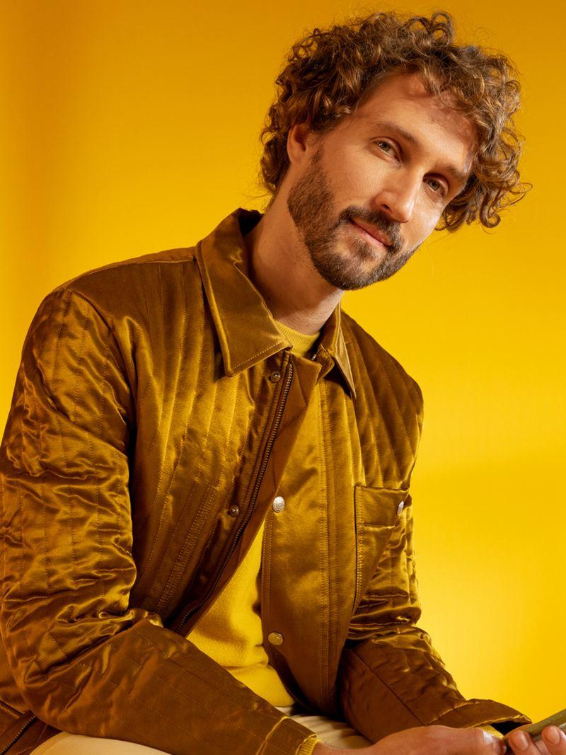 Mężczyzna na żółtym tle.