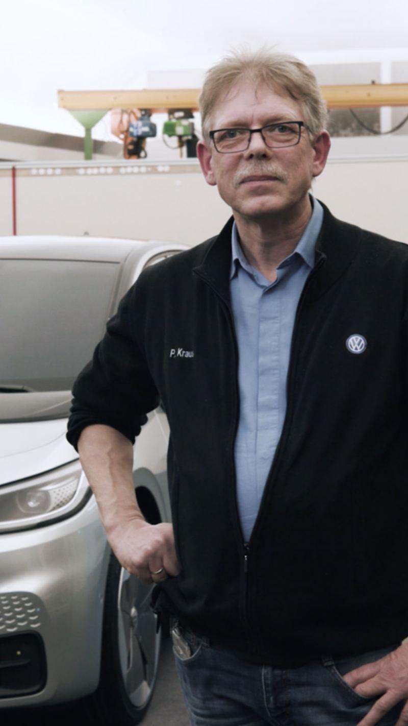Peter Kraus em frente ao carro elétrico Volkswagen ID.3.