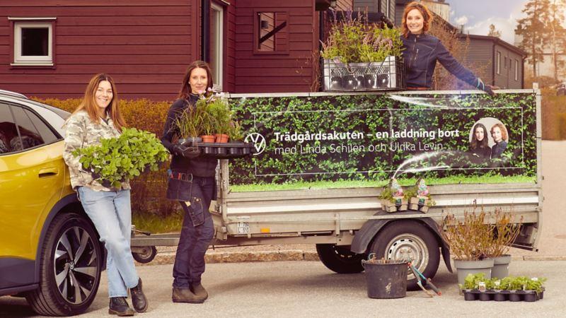 Ulrika Levin och Linda Schilén står tilsammans med odlingsentusiasten vid släpet bakom en ID.4.
