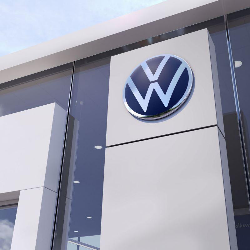 Logo Volkswagen sulla parete esterna di una concessionaria.