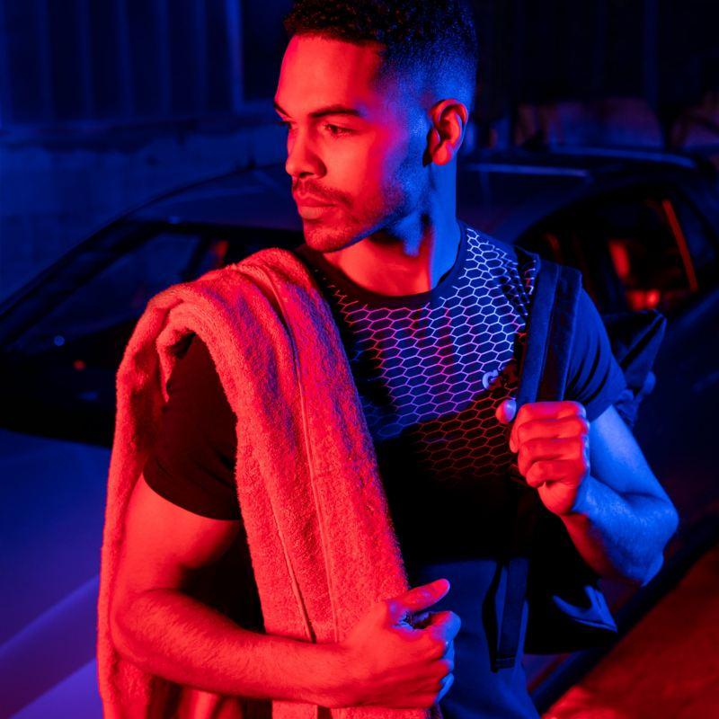 Un homme portant des vêtements et des accessoires élégants de la collection VW GTI
