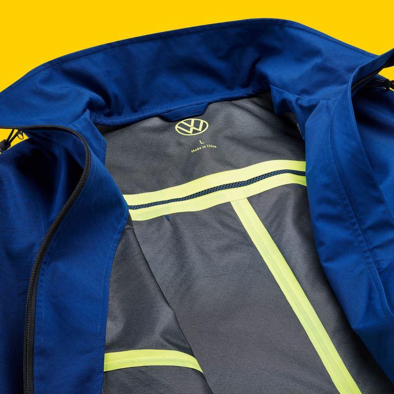Une parka bleue pour hommes avec une fermeture éclair ouverte et le logo Volkswagen, VW Merchandise