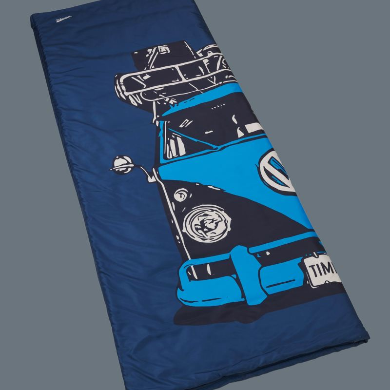 Un sac de couchage bleu avec un grand motif de Volkswagen Bulli – Accessoire VW