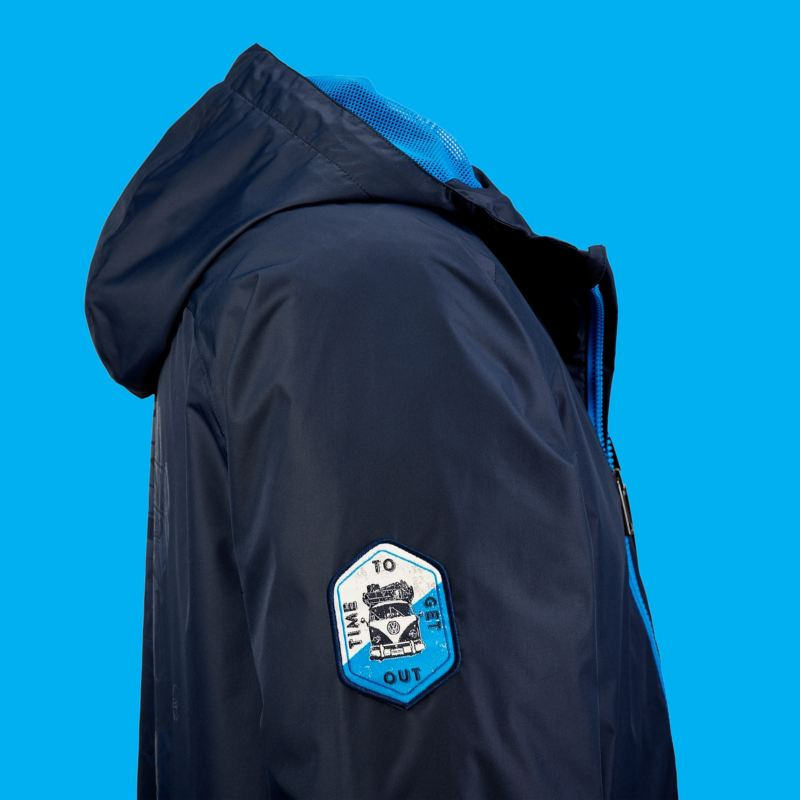 Une veste à capuche bleu foncé avec l'emblème T1 sur le bras droit – Volkswagen Lifestyle