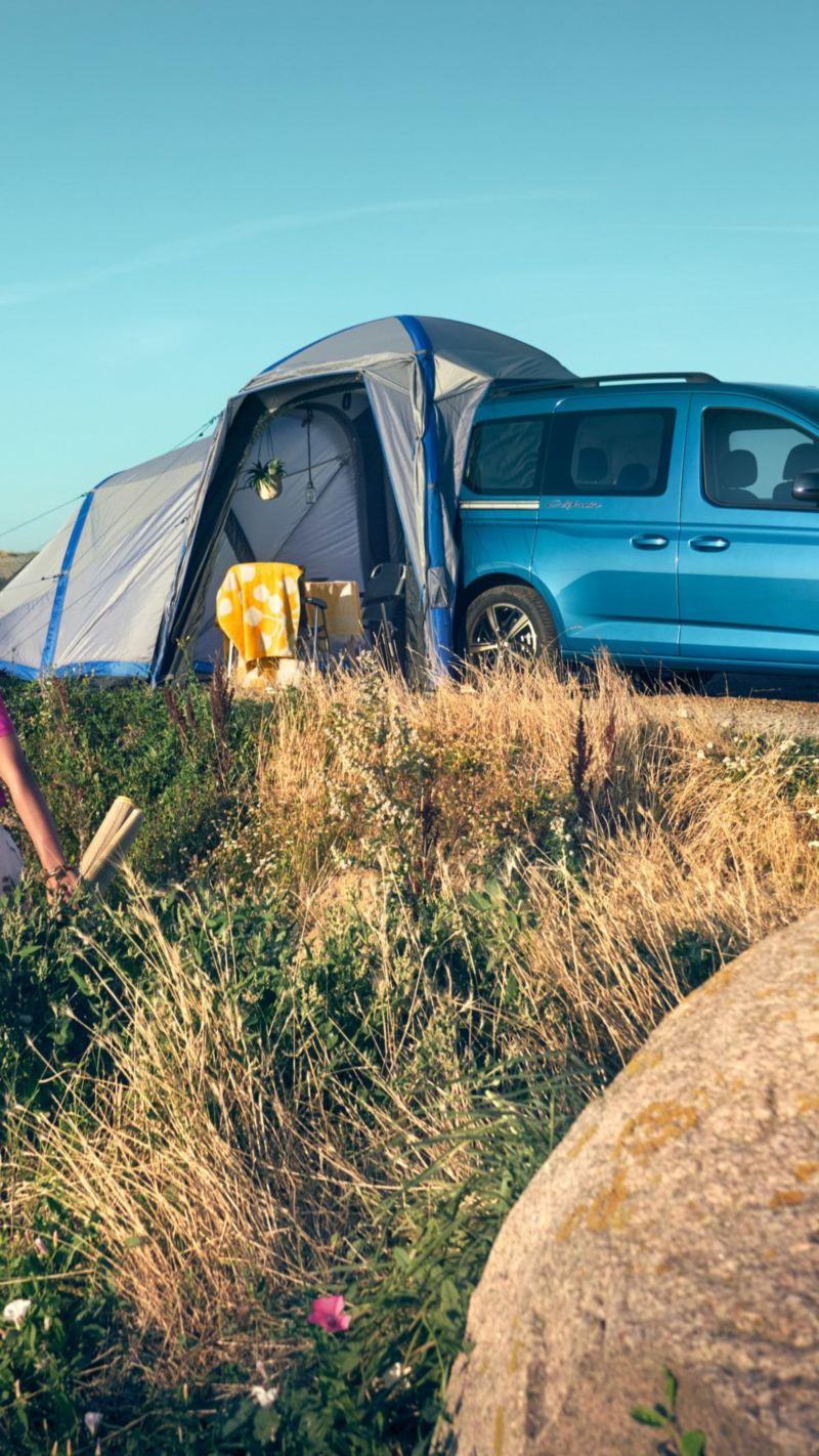 Caddy California z rozłożonym namiotem