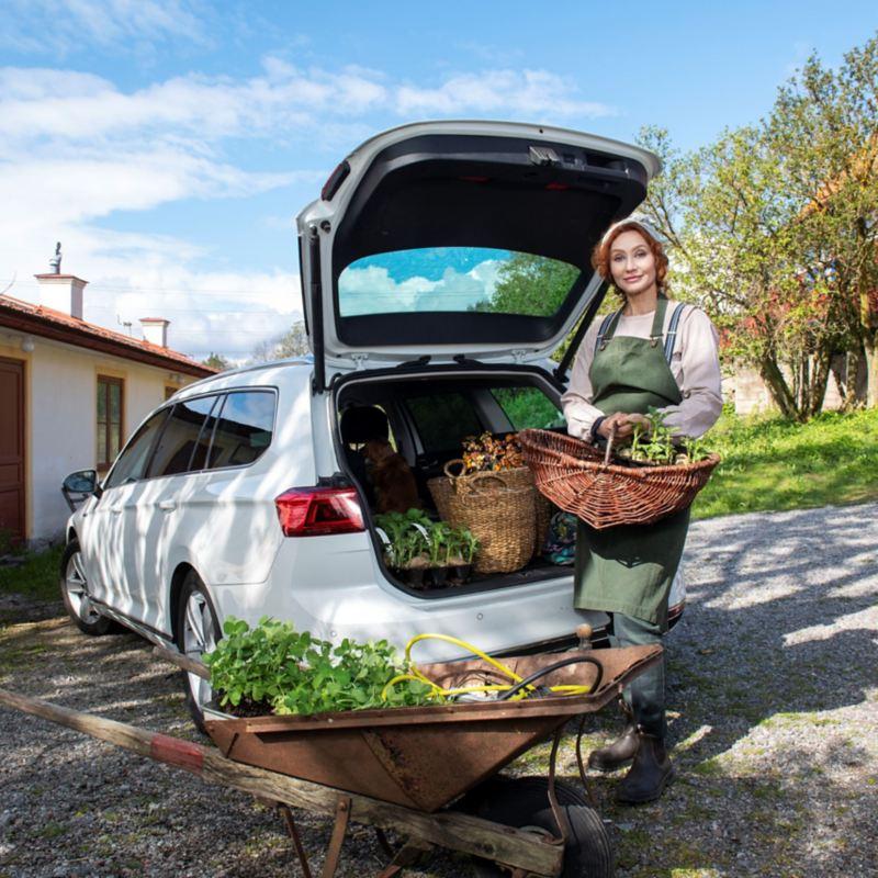 Linda Schilén med sin Volkswagen Passat GTE