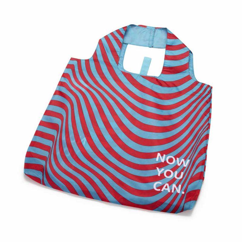 """Una borsa camouflage in poliestere originale Volkswagen con la scritta """"Now you can""""."""