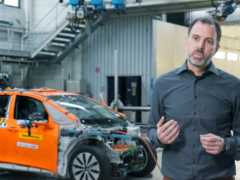 Stefan Hagen em frente a um carro em construção.