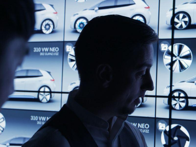 Klaus Bischoff com os designs das jantes do carro elétrico VW ID.3