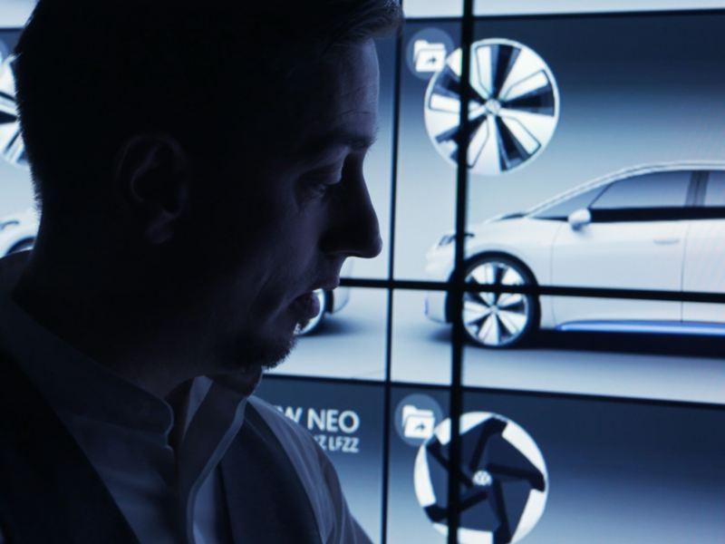 Klaus Bischoff com os planos das jantes do VW ID.3 atrás.