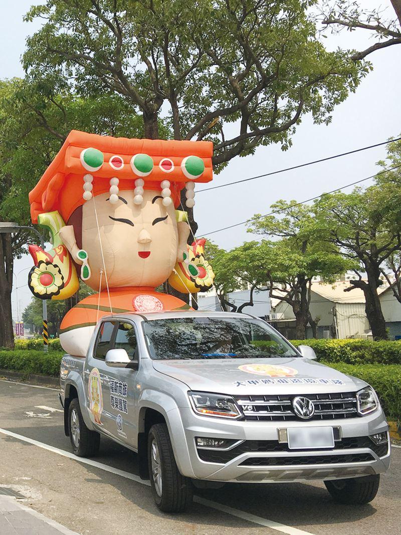 銀色Amarok擔任大甲媽祖遶境前導車,後斗載著大型Q版媽祖充氣氣球,行駛在馬路上