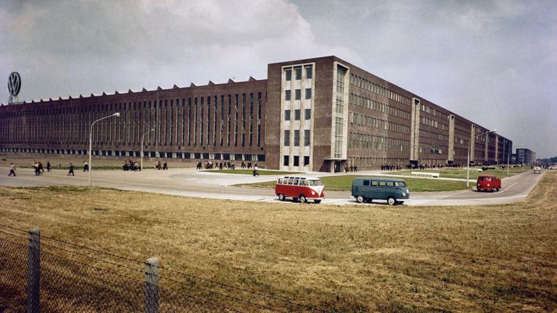 Vista esterna della sede Volkswagen di Stöcken dove nel 1956 iniziava la produzione di Bulli.