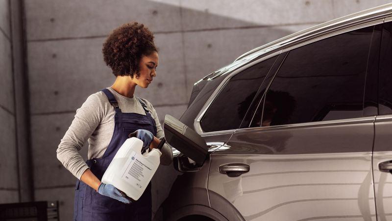 Refilling AdBlue® into a VW car – the AdBlue® Service