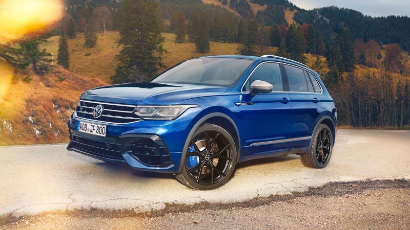 La potente VW Tiguan R parcheggiata nella natura