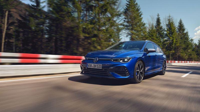 Paraurti VolkswagenR, allargamento delle soglie e vernice «Lapiz Blue»: gli esterni non passano inosservati