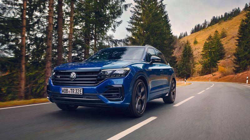 Una Volkswagen Touareg R blu dal look sportivo