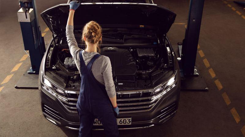 Un technicien Volkswagen change des disques de frein