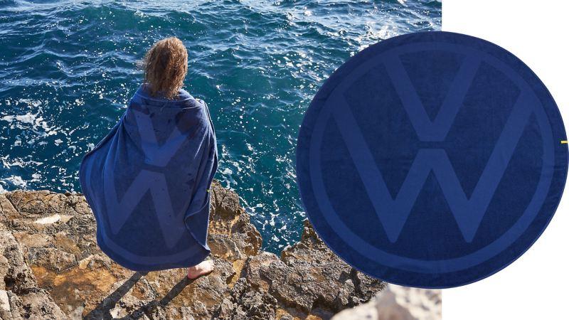 Ein rundes Handtuch in Blau mit vollflächigem VW Logo – Volkswagen Merchandise