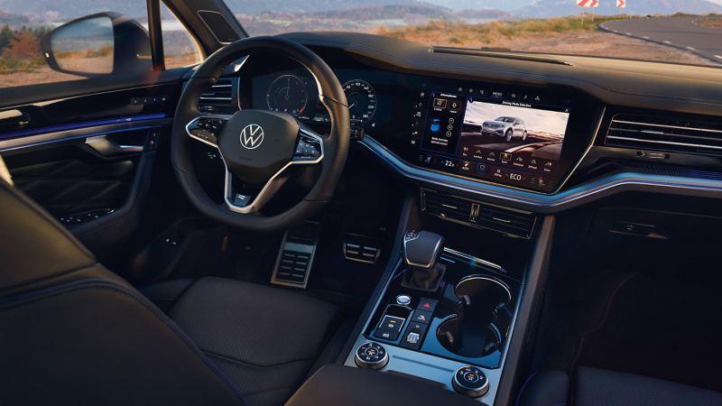 Il moderno Innovision Cockpit di una Volkswagen Touareg R
