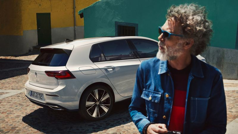 Man walks to his VW e-Golf with LongLife Mobility Guarantee