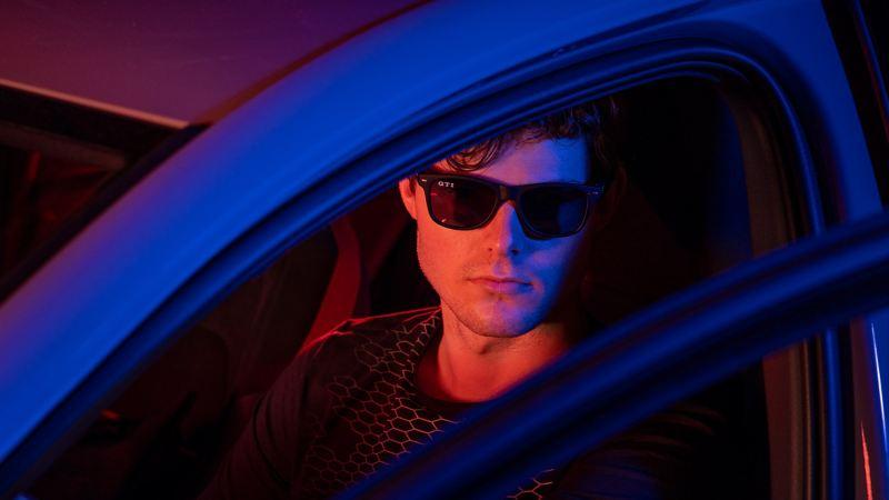 Un conducteur avec des accessoires de mode dans le style GTI – Accessoires VW