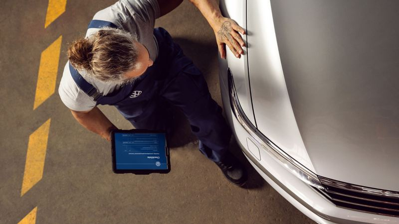 Kỹ thuật viên VW thay thắng đĩa cho xe – Phụ tùng chính hãng Volkswagen