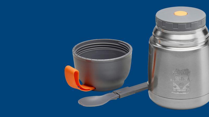 Un thermos avec gravure de VW Bulli, cuillère pliante et couvercle gris
