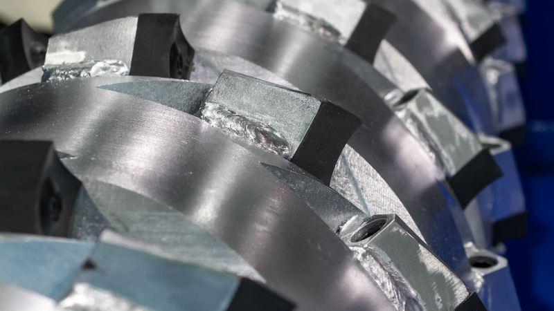 Detailansicht eines Teils des Shredders, der VW Materialien in verschiedene Materialgruppen trennt