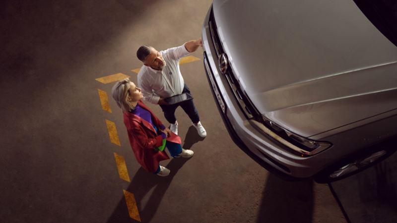 Cố vấn dịch vụ VW đang chờ khách hàng của anh ấy ở xưởng – Dịch vụ VW