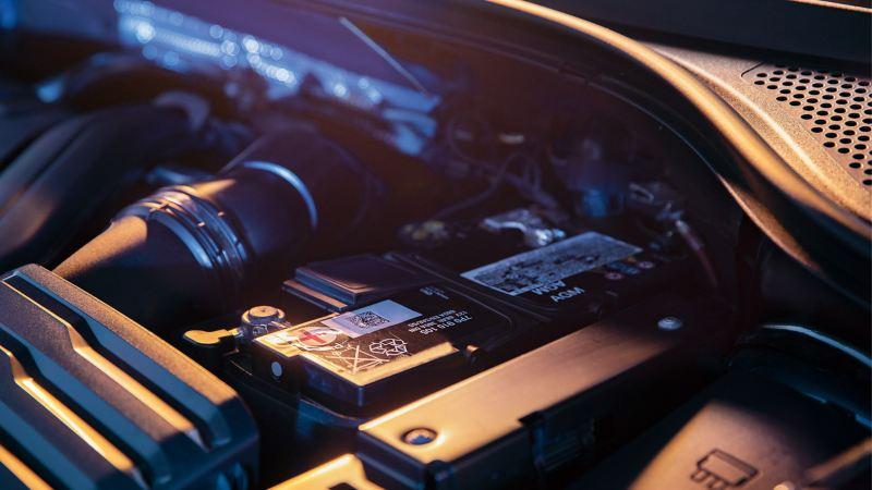 フォルクスワーゲンのエンジンルーム内に収まる純正バッテリー