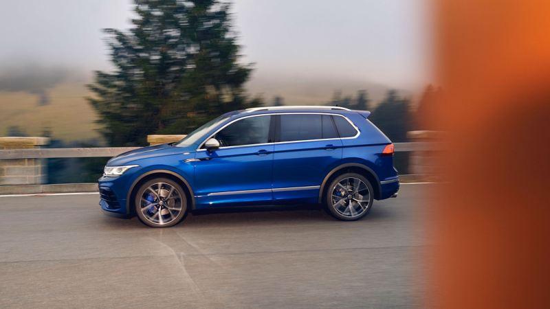 VW Tiguan R di colore blu in marcia su una strada