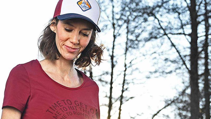 Una donna indossa il cappellino con visiera originale Volkswagen della collezione Heritage.