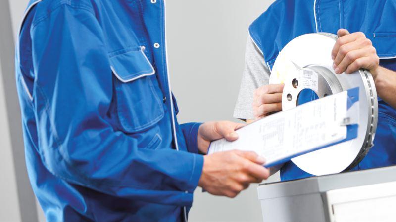 原廠交換件的情境示意圖,看不見臉的技師拿著工單,站在另一個拿著零件的技師旁