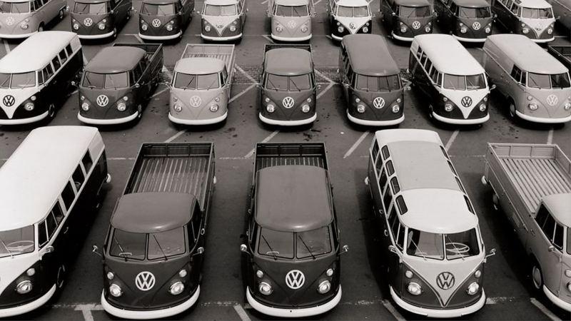 T系列歷史照,廣大停車場上停滿T型車,有拖板車、皮卡、巴士...等各種用途的T型車