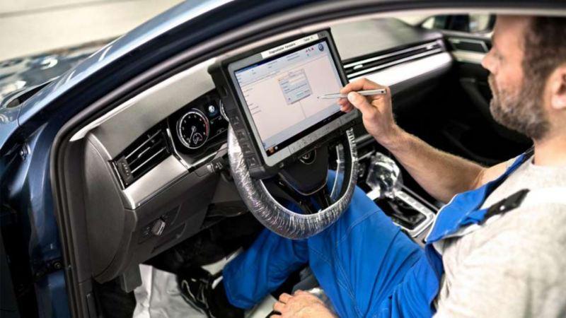 専用の診断システムを使い、お車のコンディションを調べます