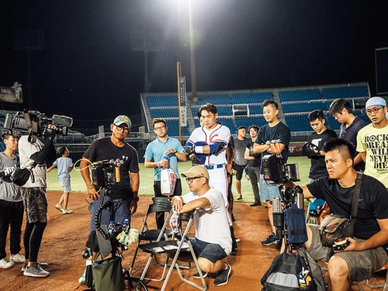 代言人恰恰彭政閔在拍攝監看螢幕上觀看之前的拍攝表現,工作人員及導演圍繞在恰恰旁邊