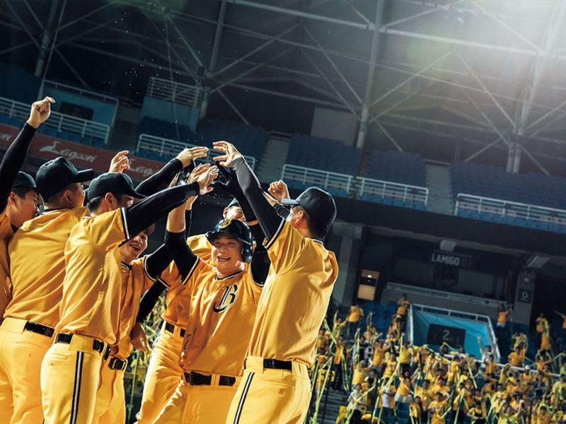代言人恰恰彭政閔與飾演隊友的演員一同為了贏球歡呼