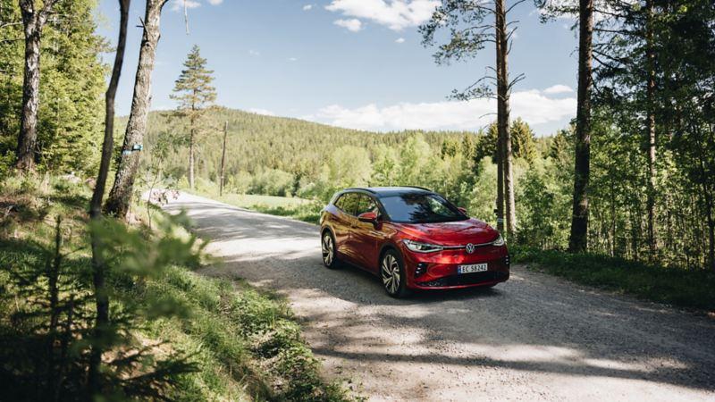 VW ID.4 GTX sett forfra på en grusvei i Maridalen