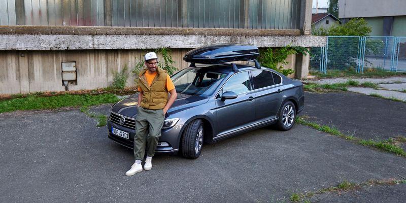 Ein Fahrer neben seinem VW ID.3 mit Mobilitätsgarantie – Schutz für die ID. Familie