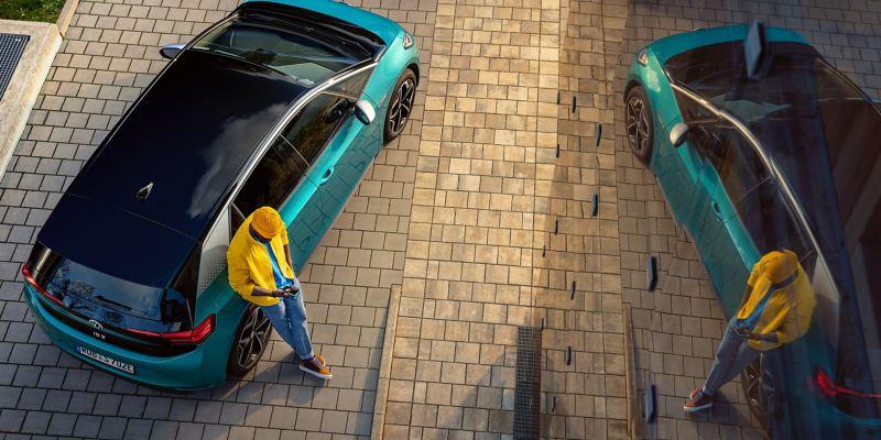 Kierowca obok swojego VW ID.3 z Gwarancją Mobilności – ochrona dla rodziny ID.