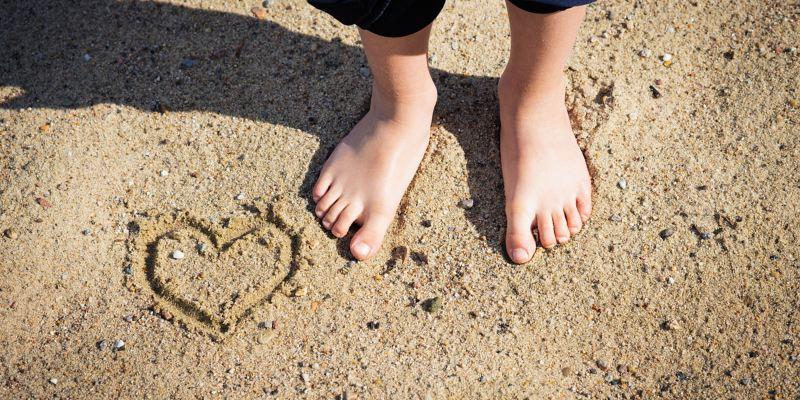 Un cuore disegnato sulla sabbia.
